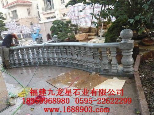 寺庙,桥梁,河道常用中式石雕栏杆,而别墅,高级住宅,室内楼梯,阳台小区