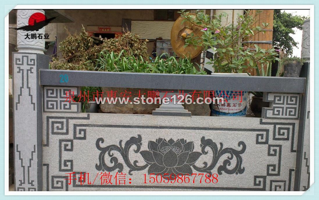采用大理石或花岗岩制作,上有石扶手,中间是石栏杆,下方的底板根据需要,可要可不要,如果是楼梯的开头一端还有一根较大将军柱。拼接处主要是用铁条和专用云石胶连接。由于其由天然石材经物理加工制作,所以抗老化能力较强,外观较厚重,具有现代气息。室外多用花岗岩材质为主,室内则多用大理石材质。